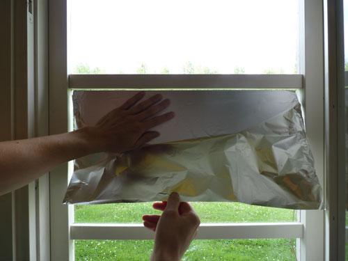 Vaihe 8: Alumiinifolion levittäminen ikkunaan