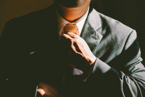 Sijoitusneuvojan tärkein valintakriteeri on hyvin istuva tummanharmaa puku