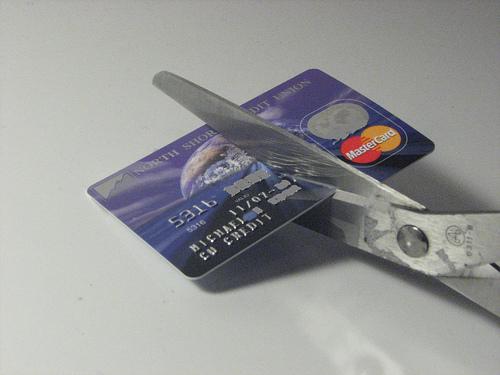 Kuva luottokortista, joka on halkaistu puoliksi saksilla