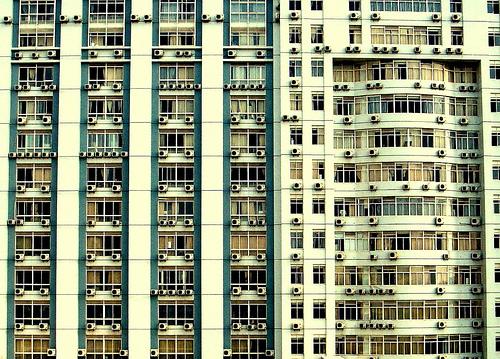 Ilmastointilaitteita ikkunoissa (Flickr: yezi9713)