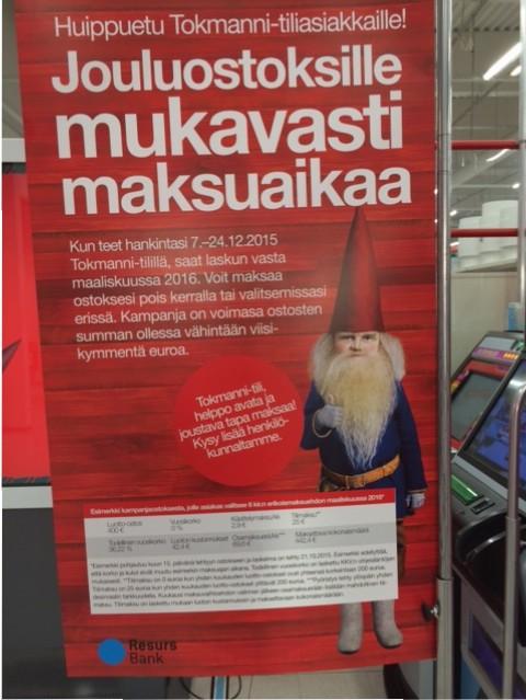 Tokmanni-tilin mainos Tokmannin sisäänkäynnin edessä