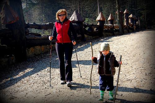 Isoäiti ja lapsenlapsi kävelyllä (Kuva: tomek.pl)